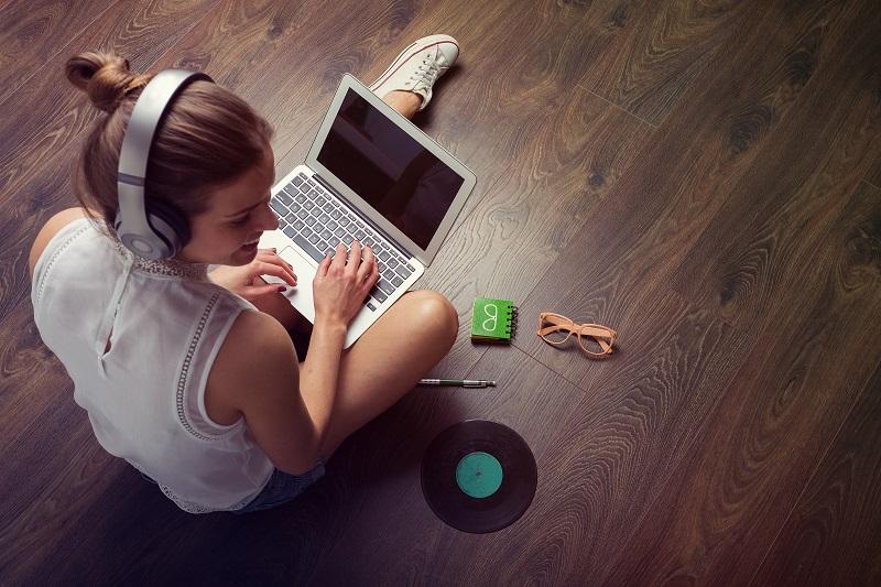 Mladá žena sedící na vinylové podlaze